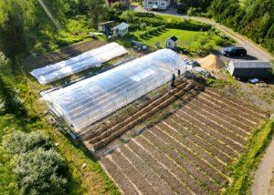 ilmakuva puutarhaviljelmästä, kasvihuone ja avomaanviljelmät