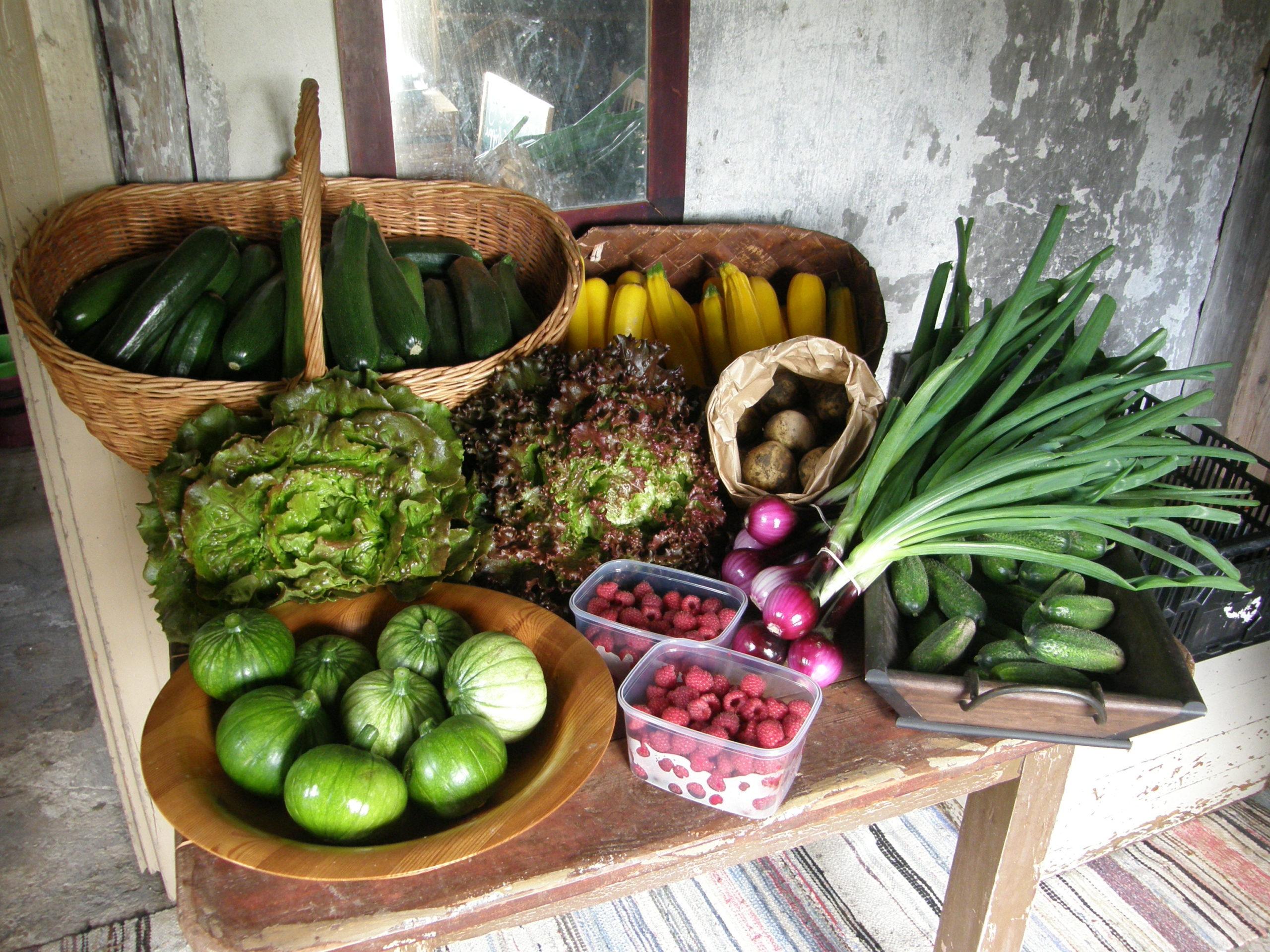 vihanneksia ja marjoja pöydällä