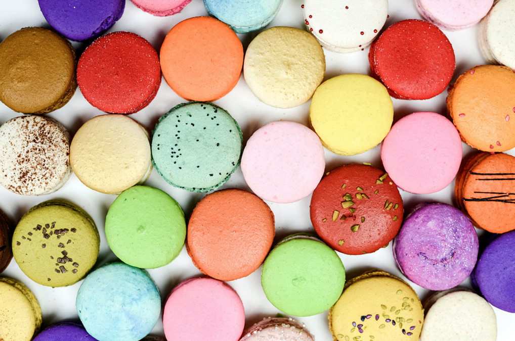värikkäitä macarons-leivoksia